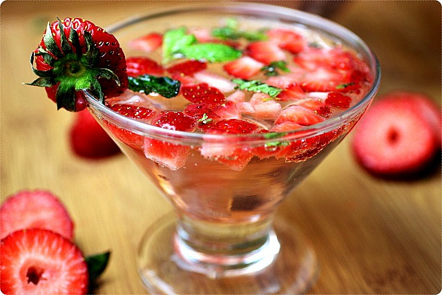 Strawberry Mint Spritzers {mind-over-batter.com}