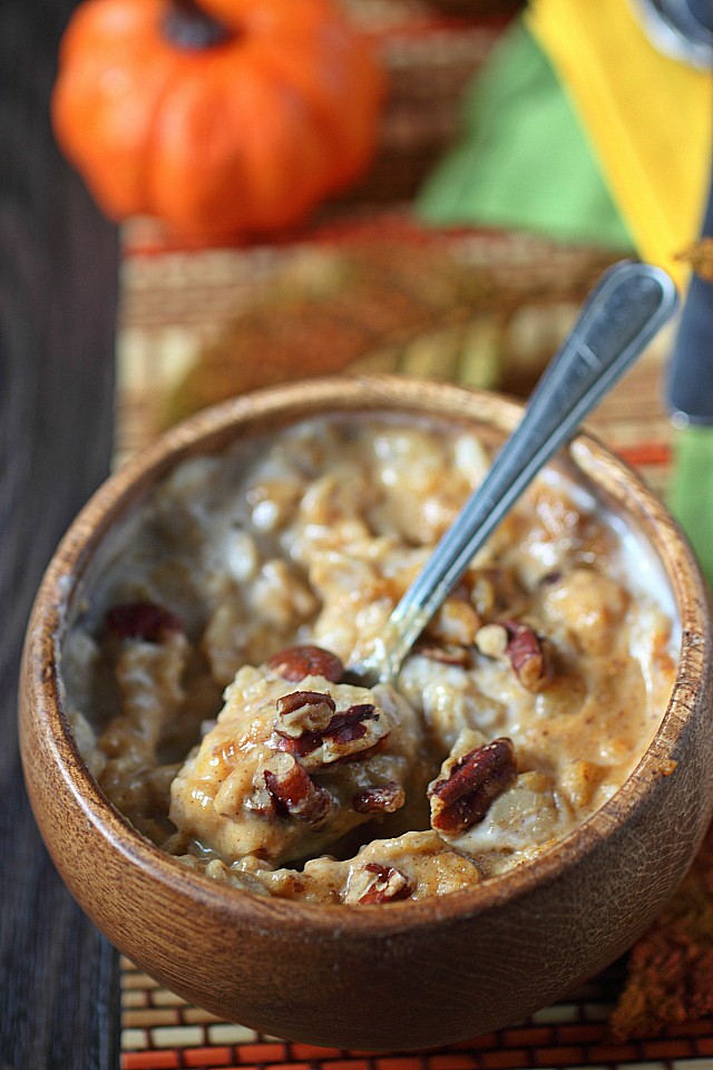 Put down that bland oatmeal and try this Pumpkin Cream Oatmeal instead! Made with pumpkin puree, warm fall spices, and nutty pecans – This breakfast is not only satisfying – It's truly delicious! www.mind-over-batter.com